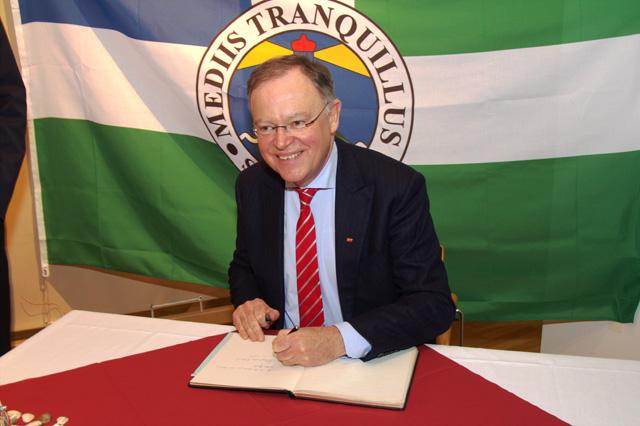 Ministerpräsident Weil trägt sich in das goldene Buch der Stadt Borkum ein
